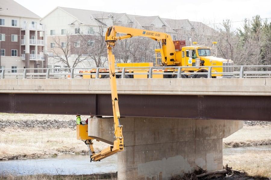 橋樑檢查人員卡車